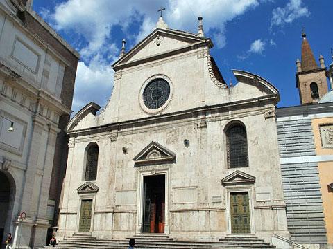 Барочный фасад церкви Санта-Мария дель Пополо