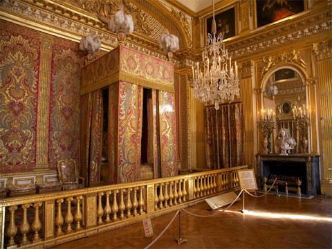 Парадная спальня дворца с камином и кроватью. Версаль
