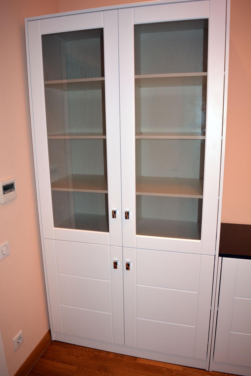 Шкафчик со стеклянной дверцей