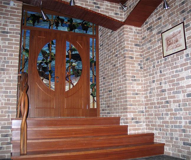 стальные входные двери с красивыми витражами