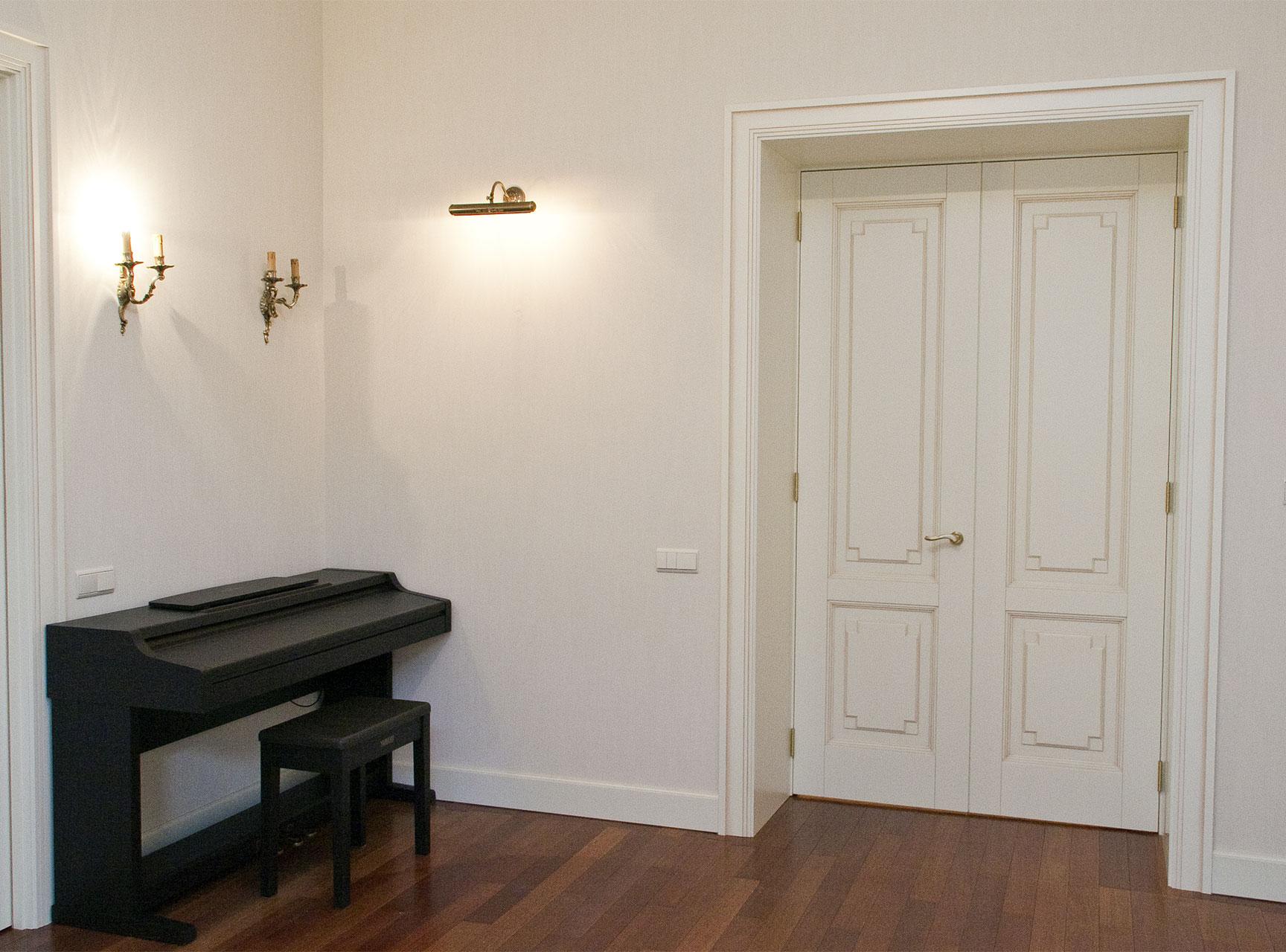 интерьер с белыми дверьми фото